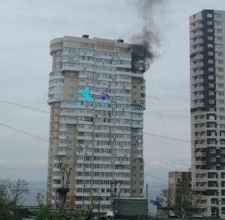 Фото: скриншот из аккаунта @dpskontrol_125rus | Во Владивостоке в элитном жилом комплексе горит квартира на последнем этаже