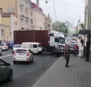 Фото: скрин @dps.control | Во Владивостоке из-за аварии с большегрузом собралась многочисленная пробка прямо в центре города