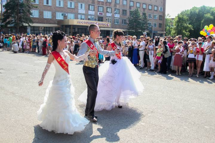 Короли и королевы бала: сколько будет стоить выпускной-2017 во Владивостоке?