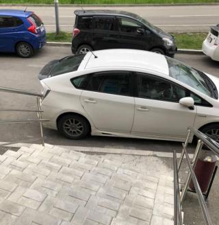 Фото: скрин из @dps_artem | «Такая рань, а вы за водкой?»: автомобилист из Владивостока перекрыл дорогу к алкомаркету