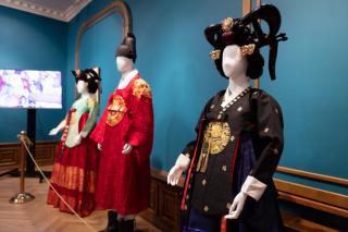 Фото: Генеральное консульство Республики Корея воВладивостоке   Жителей и гостей Владивостока приглашают на выставку«Ханбок. Корейский национальный костюм»