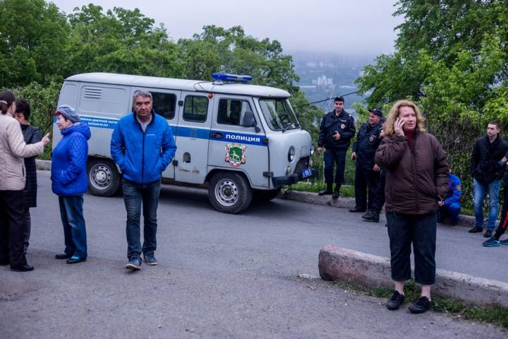 Владивостокцы штурмуют стройку во дворе жилого дома, сомневаясь в ее законности