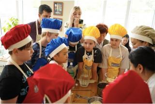 Фото: пресс-служба Генконсульства Республики Корея в г. Владивостоке   «Я готовлю ханщик»: во Владивостоке детям показали мастер-класс по приготовлению корейских блюд