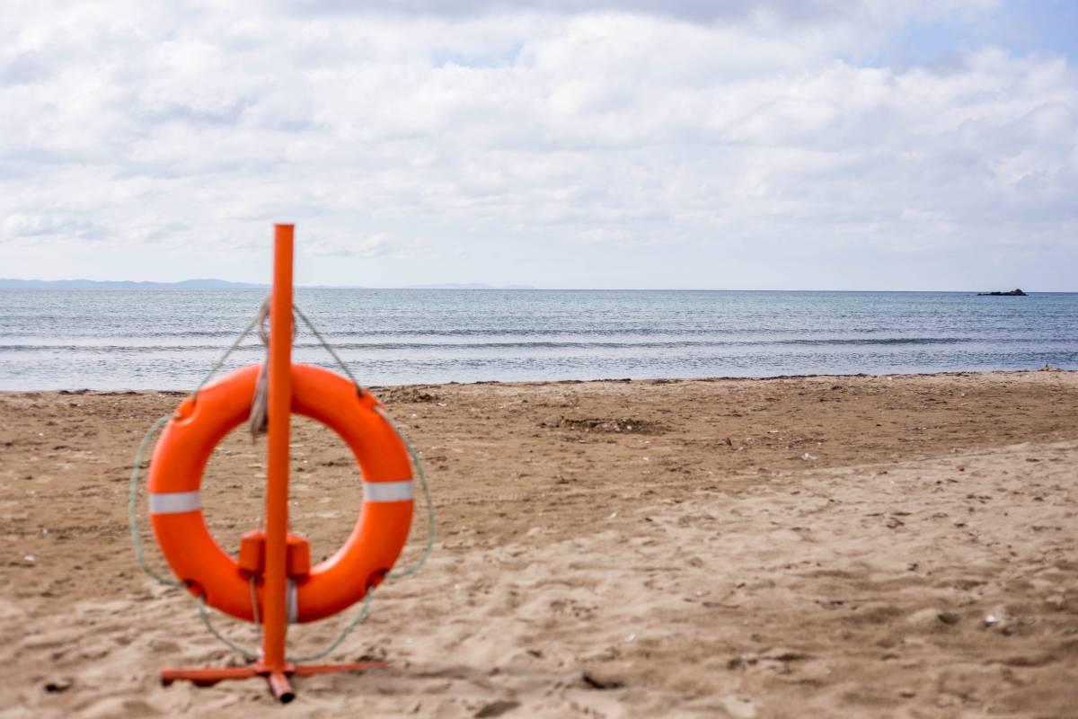 Пляжи Владивостока пустуют в день открытия купального сезона