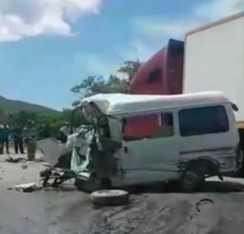 В Приморье произошло жуткое лобовое столкновение микроавтобуса и фуры
