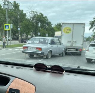 Фото: скрин из @dpskontrol_125rus | «Дедушка, вы молодец»: в Приморье пенсионер спровоцировал ДТП на «Жигулях»