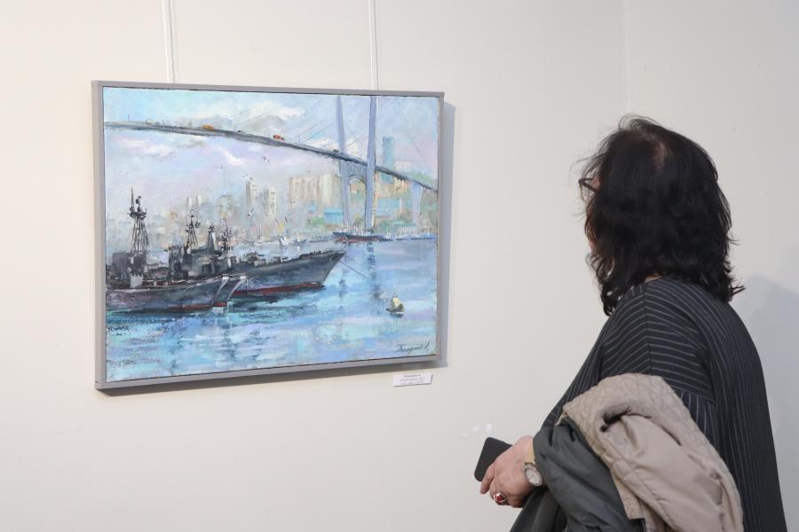 «Владивосток-161»: в залах Приморского отделения Союза художников России открылась выставка ко Дню города
