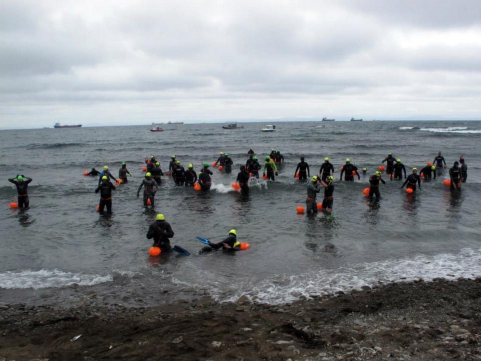 Более 150 спортсменов проплывут через Амурский залив во Владивосток