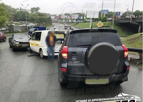 Массовое ДТП произошло на оживленном участке дороги во Владивостоке