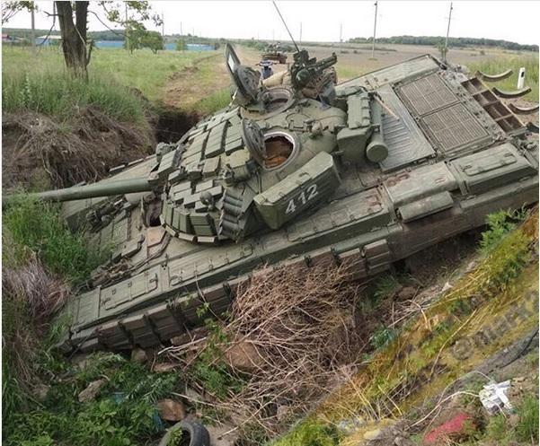 В Приморье танк угодил в канаву во время передвижения военной колонны