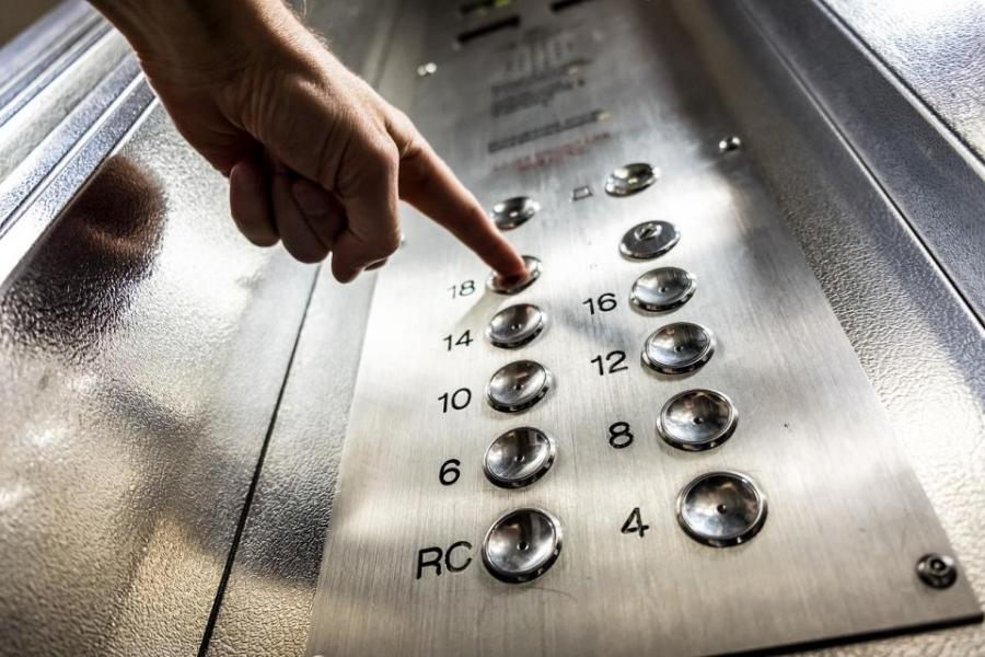 Почти голый и неадекватный: во Владивостоке мужчина застрял ночью в лифте