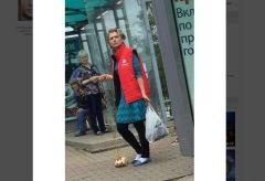 Женщина, выгуливающая цыпленка-бройлера во Владивостоке, стала хитом соцсетей