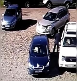 Фото: скрин из @dps.control | «Как это произошло?»: в Приморье водитель внедорожника повредил чужой автомобиль