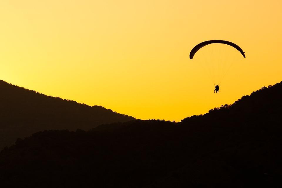 Прыгнувший с парашютом приморец попал в очень глупую ситуацию