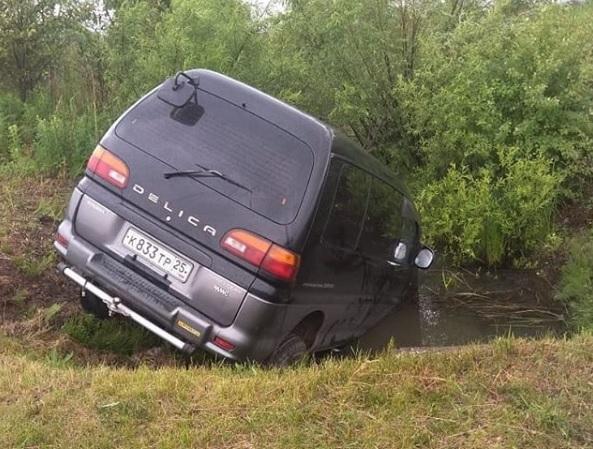 Иномарка в Приморье ушла в кювет «на водопой»