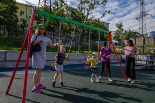 Фото: Татьяна Меель / PRIMPRESS | ВМТП построил детскую площадку для жителей Эгершельда