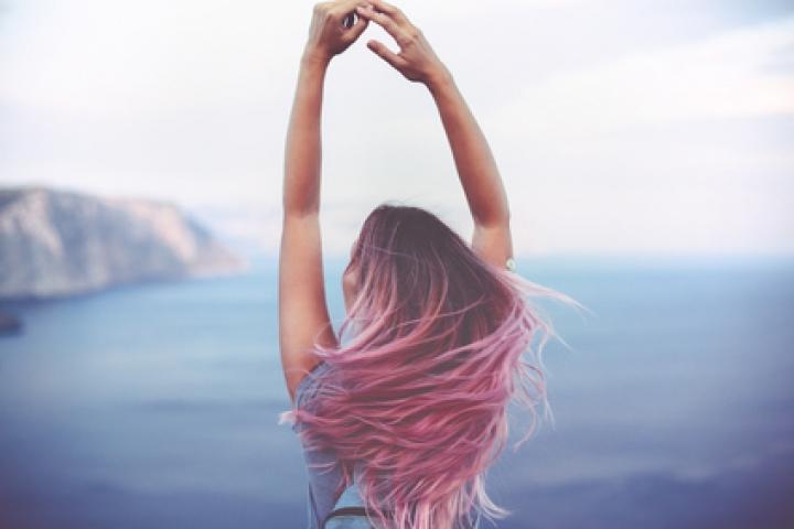 Радуга на голове: зачем люди красят волосы в яркие цвета?