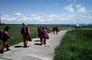 Фото: «Приморская авиабаза»   Две группы пожарных десантников борются с огнем в приморском национальном парке «Бикин»