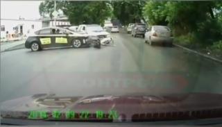 Фото: dps.control   «Опять такси»: момент типичного для Владивостока ДТП попал на видео