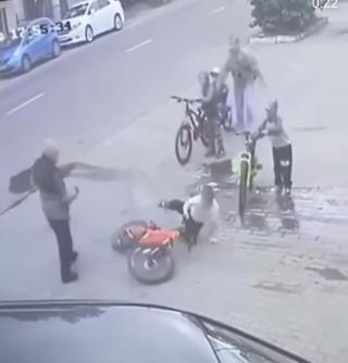 Фото: @mark2_che | В Приморье агрессивный пенсионер толкнул ребенка и пнул женщину