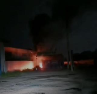 Фото: скрин из @artem.news.plus   Из-за скачка напряжения в Приморье сгорела шиномонтажка