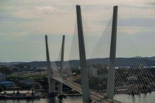 Фото: PRIMPRESS   Очередное ДТП на Золотом мосту: пострадал пассажир мотоцикла