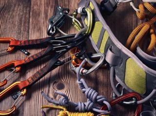 Фото: freepik.com   Как правильно выбирать снаряжение для высотных работ – какие конкретно критерии стоит учитывать и без чего не обойтись альпинистам
