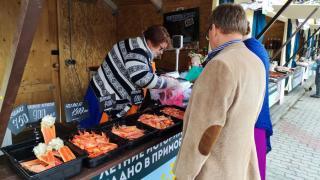 Фото: PRIMPRESS | В Центре Владивостока все выходные жителей кормили рыбой и другой местной продукцией
