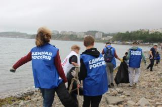 Фото: «Единая Россия» | Во Владивостоке на очистку морского побережья вышла «Единая Россия»
