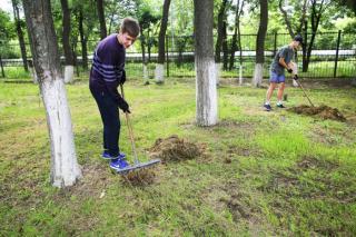 Фото: vlc.ru | Во Владивостоке школьники трудятся в ремонтных бригадах