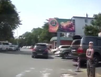 Во Владивостоке автохамы не давали ребенку перейти дорогу