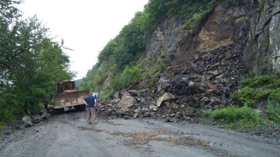 Оползень скальника сошел на трассу в Чугуевском районе