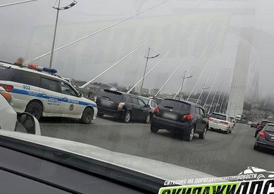 Авария на Золотом мосту во Владивостоке спровоцировала пробку