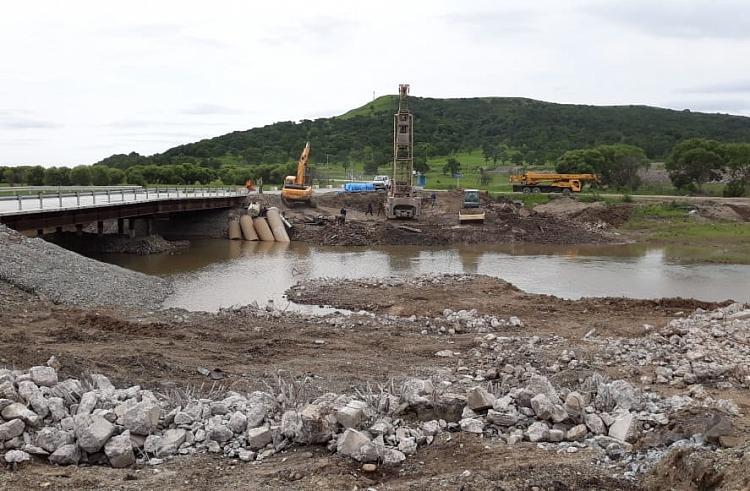 Ремонт моста через Первую речку продолжается в Приморье