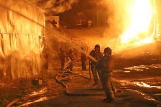 Фото: 25.mchs.gov.ru | «Невозможно окна было открыть»: жуткий пожар во Владивостоке лишил горожан сна