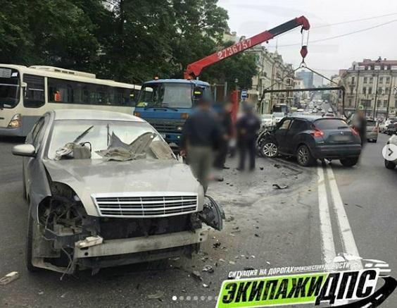 Странный маневр автолюбителя привел к жесткому ДТП в центре Владивостока