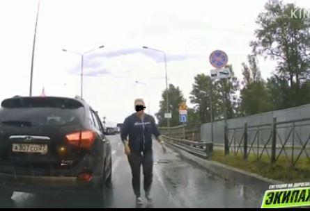 Видео с поступком автомобилистки из Хабаровска обсуждают в Сети