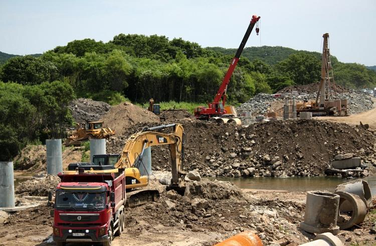 Строители начали возводить новый мост в Приморье