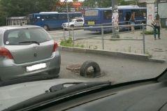 Опасная дыра появилась на оживленном перекрестке во Владивостоке