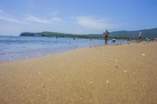 Фото: PRIMPRESS | «Я чуть ласты не склеила»: опасность замечена на одном из главных пляжей Приморья