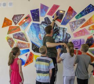 Фото: Приморская организация РСМ   В Приморье воспитанники социально-реабилитационных центров создали шесть арт-объектов, посвященных космической теме