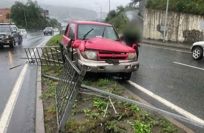 Во Владивостоке водитель не справился с управлением и снес леера