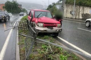 Фото: dps_vl | Во Владивостоке водитель не справился с управлением и снес леера
