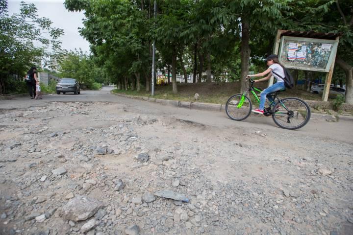 На ремонт дороги в районе улицы Бурачка во Владивостоке нет денег - мэрия