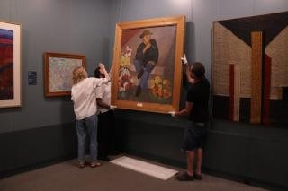 Фото: Екатерина Дымова / PRIMPRESS   «Продавец цветов»: в юбилейной экспозиции Приморской государственной картинной галереи появилась новая картина