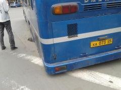Во Владивостоке автобус не выдержал попадания в яму