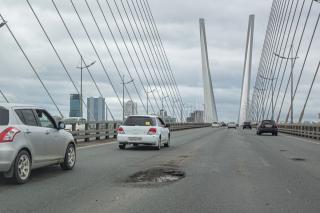 Фото: Татьяна Меель / PRIMPRESS   И снова ямы: Золотой мост в очередной раз испытывает на прочность автомобили владивостокцев