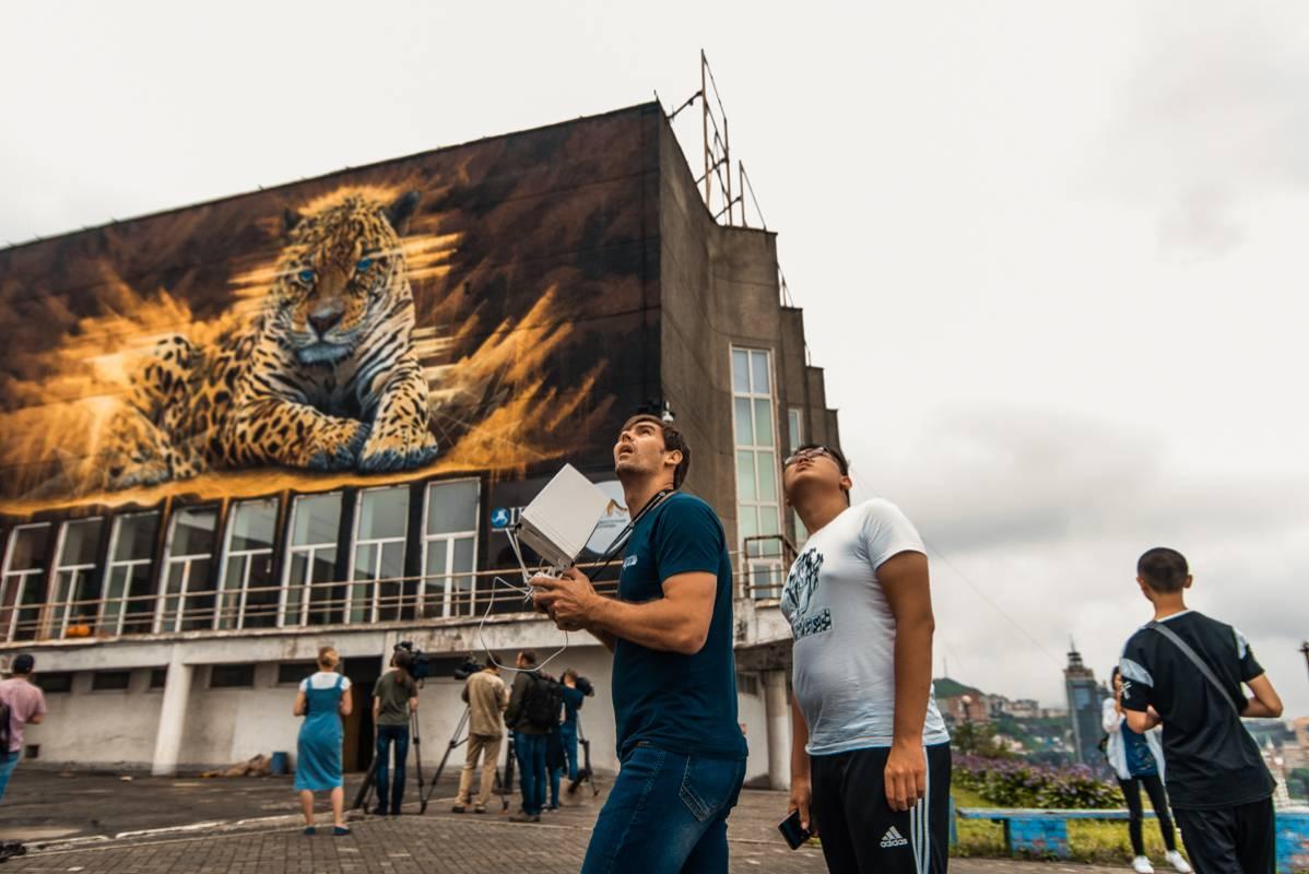 Неделя труда и 240 литров краски: гигантское граффити леопарда украсило Владивосток