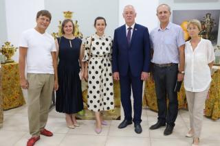 Фото: dumavlad.ru | Андрей Брик вручил организаторам выставки старинных самоваров благодарности Думы города Владивостока