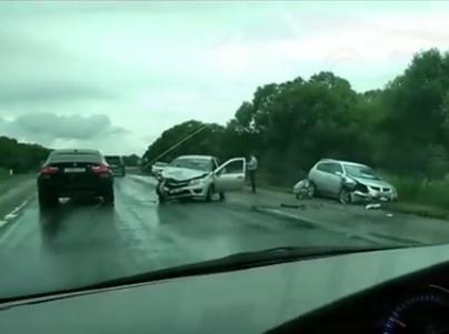 В Приморье на мокрой после ливня дороге произошло лобовое столкновение двух иномарок